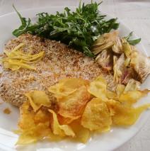 Tonno rosso in crosta di sesamo, chips di patate e carciofi