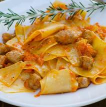 Maltagliati con salsa ai peperoni e salsiccia
