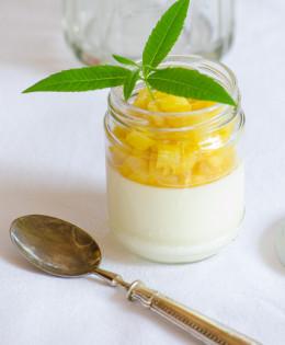 Panna cotta in vasetto e composta di ananas