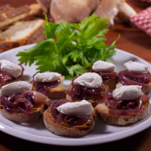 Crostini con cipolla rossa glassata e quenelle di caprino