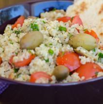 Tabouleh fresco con pomodori, olive, prezzemolo e menta